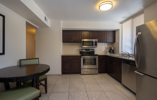 San Joaquin Hotel SureStay Collection by Best Western - Kitchen and Dining Area