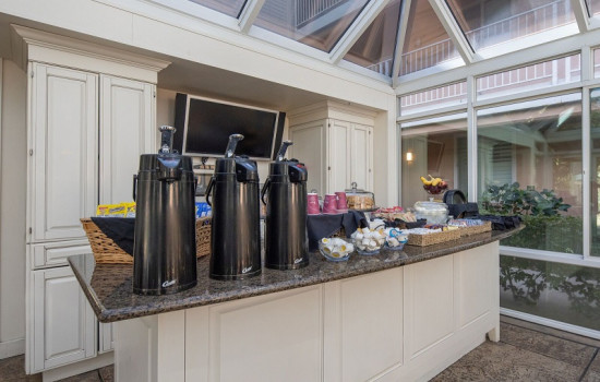 San Joaquin Hotel SureStay Collection by Best Western - Breakfast Items & Coffee Station