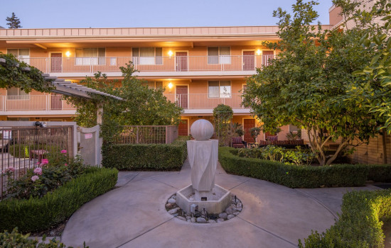 San Joaquin Hotel SureStay Collection by Best Western - Couryard Fountain
