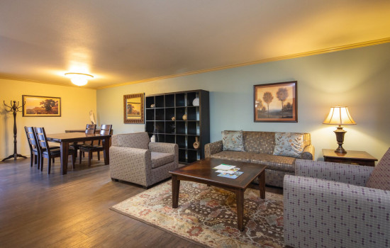 San Joaquin Hotel SureStay Collection by Best Western - Living Room and Dining Area