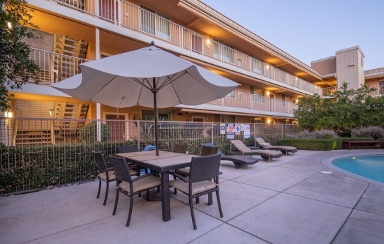 San Joaquin Hotel SureStay Collection by Best Western - Poolside Seating