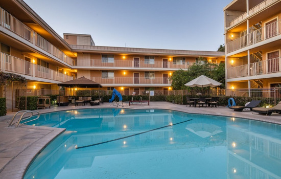 San Joaquin Hotel SureStay Collection by Best Western - Inviting Courtyard Pool